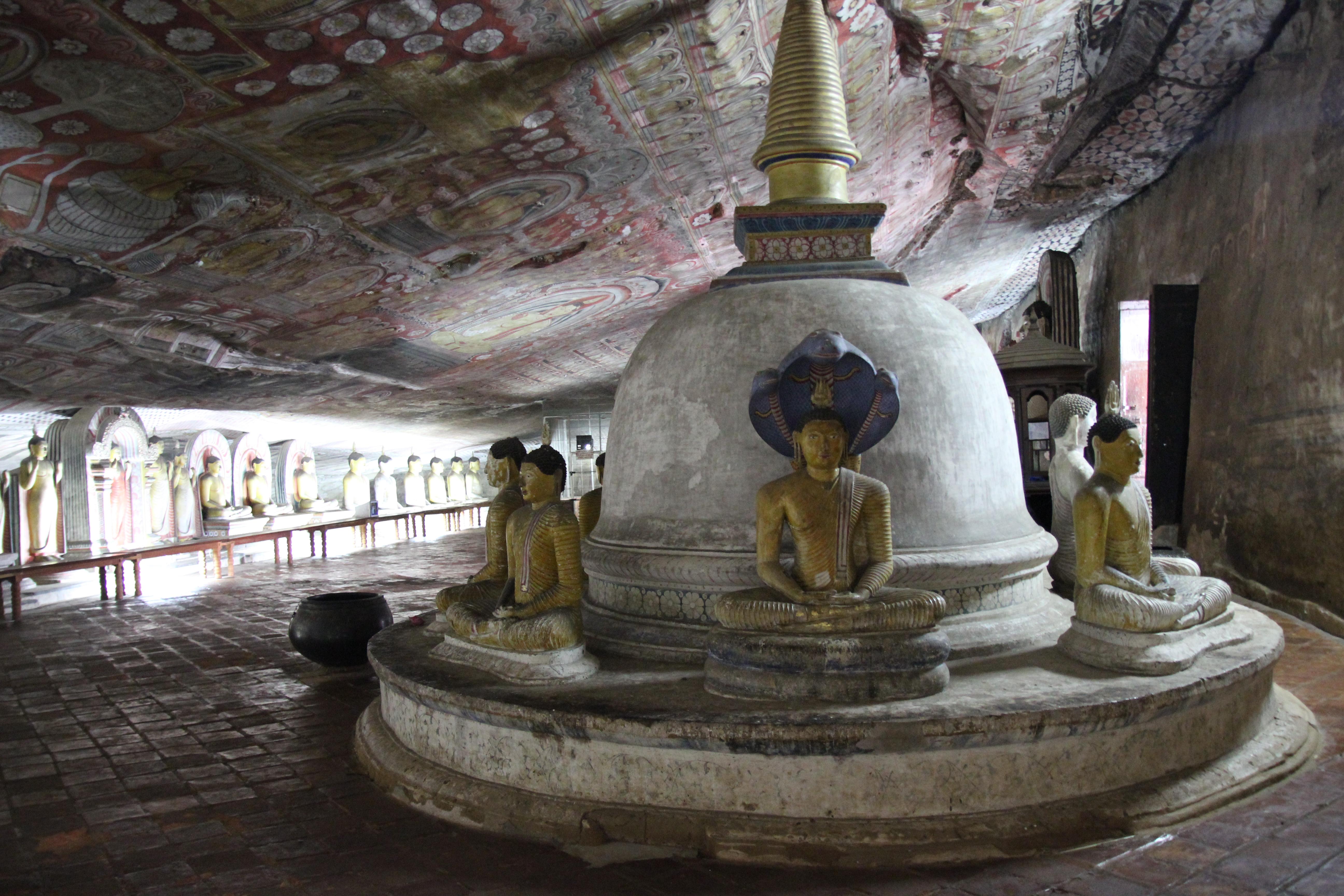 La segunda de las cuevas de Dambulla, impresionante.