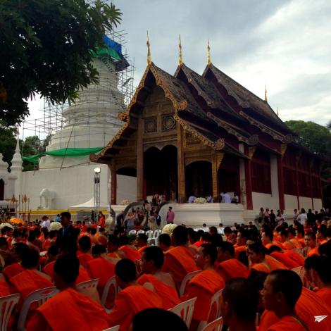 El templo más importante de Chiang Mai, el Wat Phra Singh en un día de fiesta.