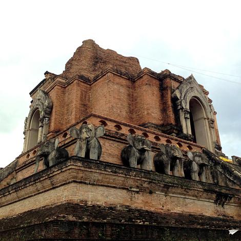 El precioso Wat Chedi Luang de Chiang Mai.