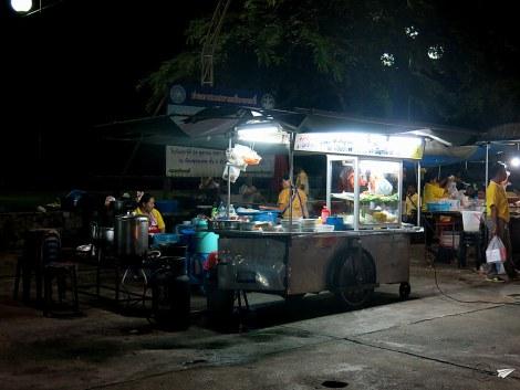 Puestos callejeros en un night market cualquiera.