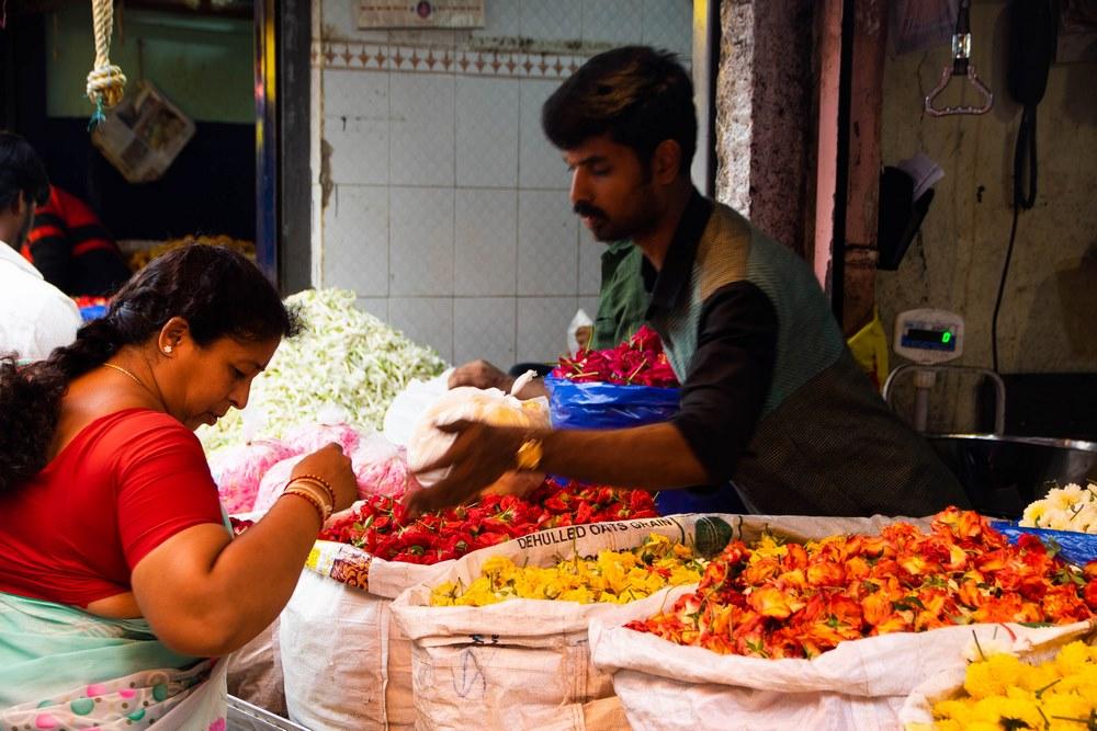 gente vendiendo flores en el mercado de Mysore